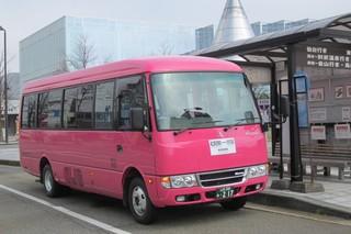 駅前バス停とバス.JPG